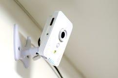 Piccola videocamera di sicurezza del CCTV su una parete Immagine Stock