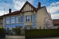 Piccola villa con una facciata blu Fotografia Stock