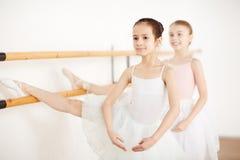 Piccole ballerine che fanno gli esercizi in studio Fotografia Stock