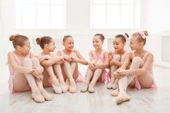 Piccole ballerine che parlano nello studio di balletto Fotografia Stock Libera da Diritti