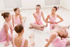 Piccole ballerine che parlano nello studio di balletto Immagini Stock Libere da Diritti
