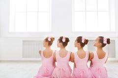 Piccole ballerine nello studio di balletto Fotografia Stock Libera da Diritti