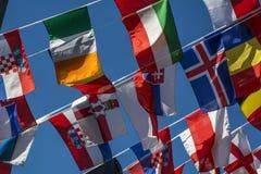 Piccole bandiere dei paesi differenti sulla corda Fotografia Stock Libera da Diritti