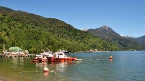 Piccole barche attraccate al porto di Chacabuco fotografia stock libera da diritti
