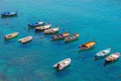 Piccole barche attraccate in laguna calma Fotografia Stock Libera da Diritti