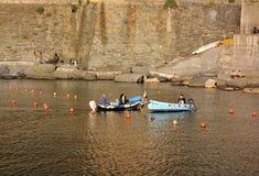 Piccole barche del pescatore che navigano vicino al porto fotografia stock libera da diritti