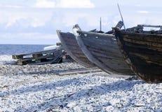Piccole barche di fila che mettono su un Pebble Beach Fotografie Stock