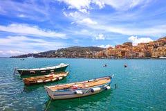Piccole barche di legno nel lungonmare di Oporto Santo Stefano. Argentario, Toscana, Italia Immagini Stock
