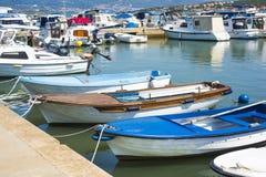 Piccole barche di legno sui cappotti del fiume della città Fotografie Stock Libere da Diritti