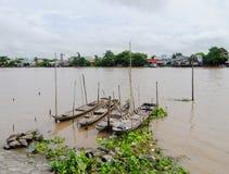 Piccole barche di legno sul fiume di Vam Sat in Saigon, Vietnam Fotografia Stock Libera da Diritti