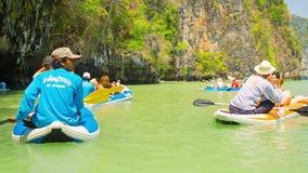 Piccole barche - i kajak sono utilizzati per spettacolo dei turisti Ispezione della scogliera antica del calcare stock footage