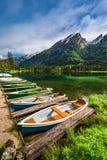 Piccole barche sul lago Hintersee nelle alpi Fotografia Stock