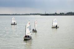 Piccole barche a vela alla baia di IJsselmeer netherlands fotografia stock