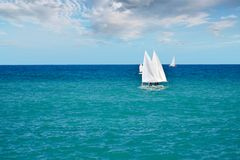 Piccole barche a vela che navigano nelle acque calme del mare adriatico Italia del sud Immagine Stock Libera da Diritti