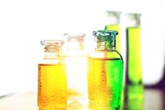 Piccole bottiglie di plastica variopinte di sciampo, di sapone liquido o di lozione per viaggiare Immagini Stock Libere da Diritti