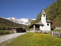 Piccole cabine di libro macchina e della chiesa nelle alpi austriache Immagini Stock Libere da Diritti