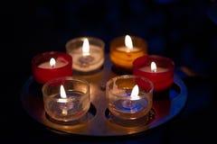 Piccole candele dei colori su un supporto in ottone immagini stock libere da diritti