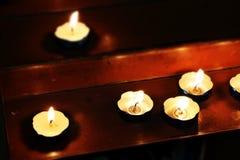 Piccole candele in una chiesa, stile miniatura Immagini Stock