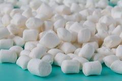 Piccole caramelle gommosa e molle bianche rotonde sui backgrouns di un acquamarina Fotografie Stock