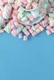 Piccole caramelle gommosa e molle multicolori rotonde sull'backgrouns blu Fotografia Stock
