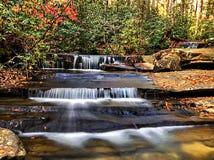 Piccole cascate su una mattina fredda di autunno immagine stock libera da diritti