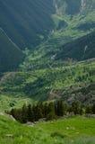Piccole case del villaggio alla valle verde intenso Immagine Stock Libera da Diritti