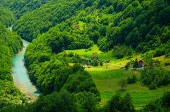 Piccole case del villaggio vicino al canyon della gola del fiume di Cesalpina, Montenegro fotografie stock