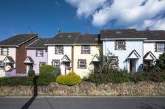 Piccole case di città irlandesi in Howth Immagine Stock