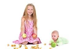 Piccole due sorelle adorabili 8 anni e 3 mesi Fotografie Stock