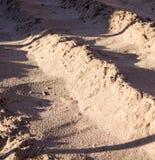 Piccole dune del primo piano della sabbia bagnata Fondo, natura fotografie stock