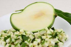 Piccole fette del mango verde fotografia stock libera da diritti