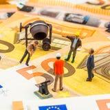 Piccole figurine che funzionano le nuove 50 euro banconote di persona dura Fotografia Stock