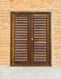 Piccole finestra e porta sul muro di mattoni Fotografia Stock