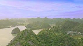 Piccole isole di vista aerea sparse in oceano sotto cielo blu