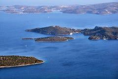 Piccole isole nel mare ionico fuori dalla costa immagine stock libera da diritti