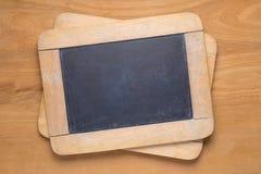 Piccole lavagne sulla tavola di legno Immagine Stock