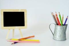 Piccole matite di colore e della lavagna Fotografia Stock Libera da Diritti
