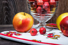 Piccole mele di paradiso e le grandi mele usuali Fotografie Stock Libere da Diritti