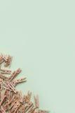 Piccole mollette di legno sveglie su un fondo verde Immagini Stock