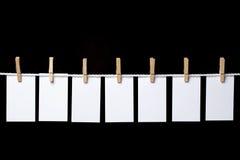 Piccole note di carta appese su una corda Immagini Stock Libere da Diritti