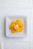 Piccole nuove patate bollite lanciate con le erbe fresche in olio d'oliva o Fotografie Stock