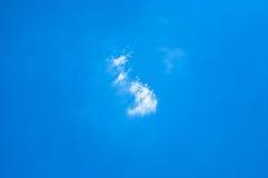 Piccole nuvole bianche sul chiaro cielo blu-chiaro Fotografie Stock Libere da Diritti
