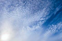 Piccole nuvole di cirrocumulo leggere su un cielo blu soleggiato luminoso fotografia stock libera da diritti