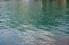 Piccole onde causate dal vento nel porto di Formia Italia Fotografia Stock