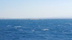 Piccole onde dal vento nel mare aperto archivi video