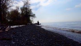 Piccole onde di rottura su bello Rocky Beach Shore Destinazione di giorno della spiaggia di Shoreline di vacanza archivi video
