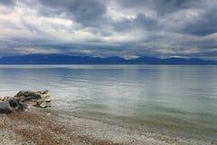 Piccole onde e nuvole sul lago Lemano, Svizzera, Europa Fotografie Stock