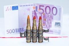 Piccole pallottole del fucile della maglia con soldi Fotografia Stock