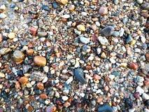 Piccole pietre sulla spiaggia del Mar Baltico Fotografie Stock Libere da Diritti