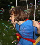 Piccole ragazza e bolle Fotografia Stock